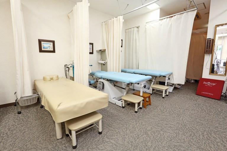 施術ベッドは4台カーテンで仕切り